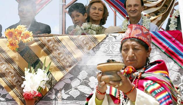 La Reina Sofía, junto a un niño durante la visita que ha realizado a la Unidad Educativa España del Distrito 8 de la ciudad de El Alto, dentro de su viaje de cooperación a Bolivia.