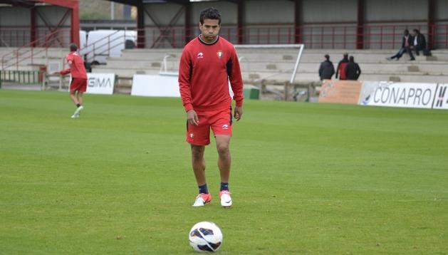 Masoud se dispone a golpear el balón. El jugador ha regresado con un golpe en su cara, aunque se ha entrenado con normalidad