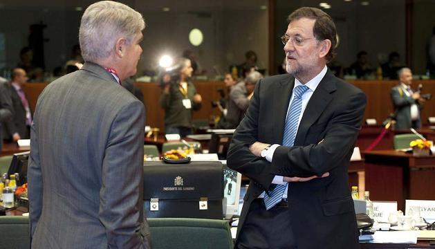 El presidente del Gobierno español, Mariano Rajoy, conversa con el embajador de España ante la UE, Alfonso Dastis