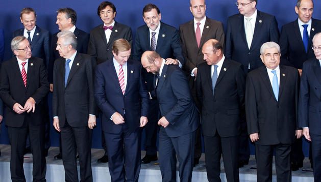 El presidente del Gobierno español, Mariano Rajoy (centro, segunda fila) posa para la foto de familia de la cumbre de Jefes de Estado y de Gobierno de la Unión Europea, en Bruselas.