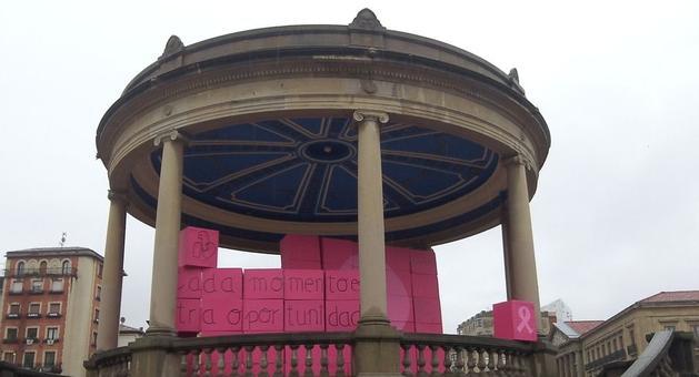 Un gran lazo rosa decoraba el kiosko de la Plaza del Castillo.