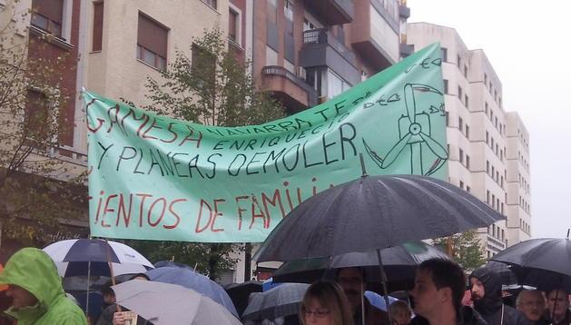 Los trabajadores de Gamesa se manifiestan en Pamplona exigiendo una respuesta a los despidos que prevé hacer la compañía de energías renovables.