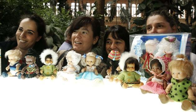 Coleccionistas y fans de la versión clásica de Barriguitas, la pequeña muñeca de Famosa, se dieron cita en el jardín Tropical de la madrileña Estación Puerta Atocha