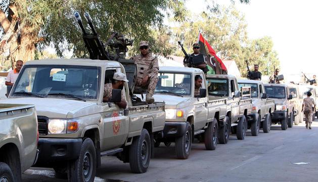 Miembros de las Fuerzas Armadas libias se reúnen en su cuartel general