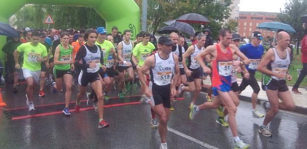 Los corredores al empezar la carrera en Sarriguren.