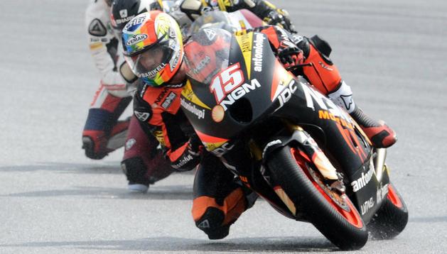 El piloto sanmarinense Alex de Angelis encabeza el grupo de Moto2 en el Gran Premio de Malasia 2012 disputado en el circuito de Sepang.