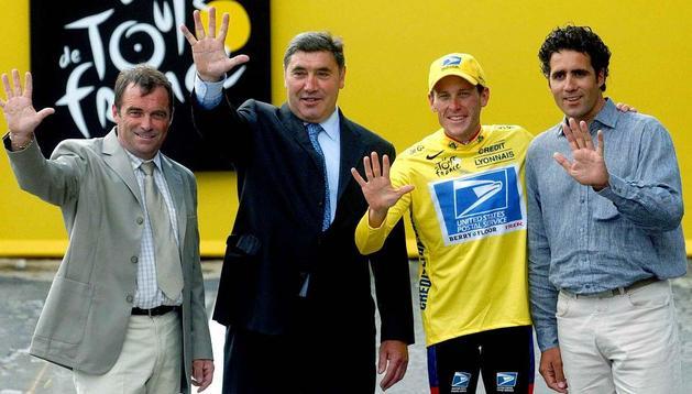 Bernard Hinault, Eddy Merckx, Lance Armstrong y Miguel Indurain posan tras lograr el americano su quinto consecutivo