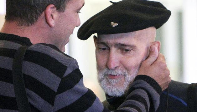 El preso de ETA enfermo de cáncer Iosu Uribetxebarria Bolinaga (dcha.) es saludado por el portavoz del colectivo de apoyo a los presos de ETA Herrira, Jon Garai (izda.) a la salida del hospital.