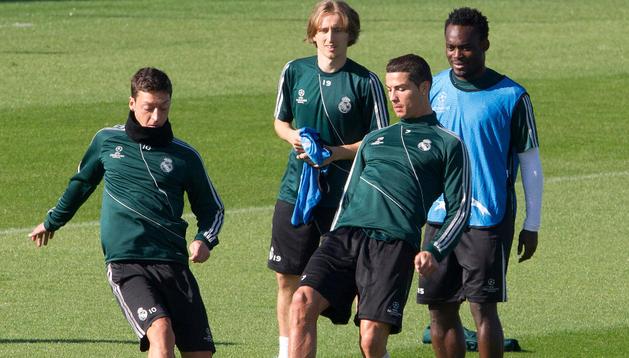 Özil, Modric, Cristiano Ronaldo y Essien, en el entrenamiento de este martes en Madrid