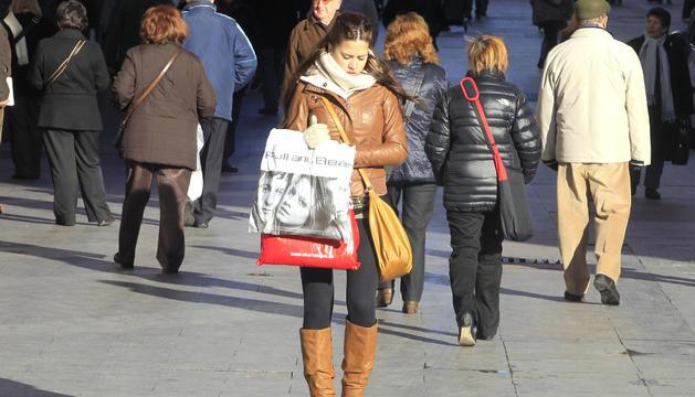 Gente paseando por la calle.