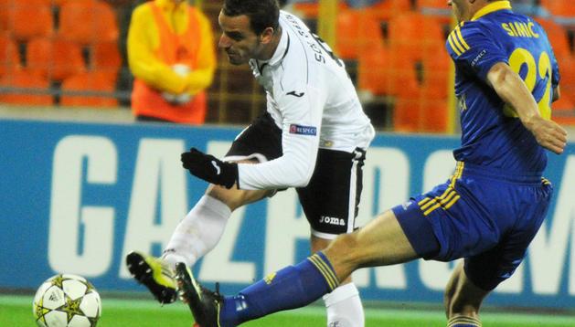 Roberto Soldado dispara a portería contraria en presencia del defensa del BATE Borisov, Marko Simic.