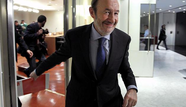 El secretario general del PSOE, Alfredo Pérez Rubalcaba, tras la comparecencia que ha hecho hoy ante la prensa.
