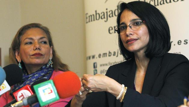 La ministra de Industria de Ecuador, Verónica Sión (dcha.), acompañada de la embajadora de su país en España, Aminta Buenaño, durante la conferencia de prensa que ofrecida en Madrid.