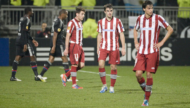 Los jugadores del Athletic de Bilbao, cabizbajos tras la derrota cosechada en el feudo del Olympique Lyonnais en Europa League.