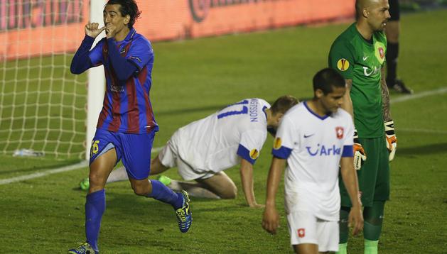 Pedro Ríos celebra uno de los dos tantos logrados ante la desolación del meta y defensas holandeses del Twente.