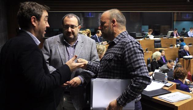 Roberto Jiménez (PSN), José Miguel Nuin (Izquierda-Ezkerra) y Txentxo Jiménez (Nafarroa Bai), hablando en el hemiciclo del Parlamento.