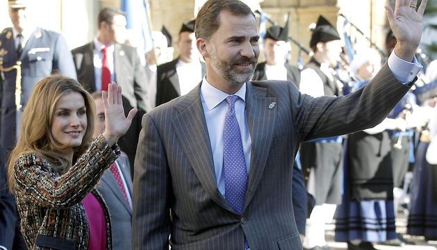 Los Príncipes de Asturias saludan a su llegada al hotel de la Reconquista de Oviedo.