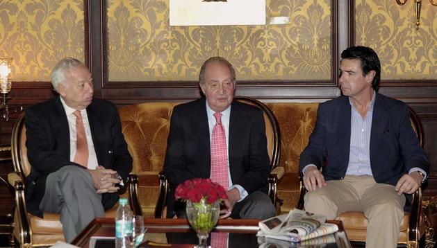 El Rey Juan Carlos, junto al ministro de Asuntos Exteriores, José Manuel García-Margallo (i), y el ministro de Industria, Energía y Turismo, José Manuel Soria (d), durante la conversación con los periodistas