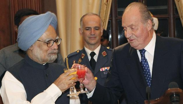 El Rey Juan Carlos brinda con el primer ministro indio, Manmohan Singh (i), en la cena ofrecida por el presidente indio, Pranab Mujerjee al Rey español dentro de su visita oficial a la India