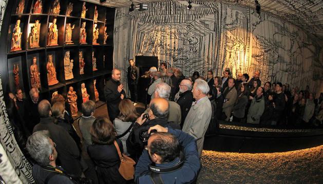 Javier Aizpún Bobadilla en la Sala de la Modernidad explicando a los visitantes el retablo de las 28 vírgenes.