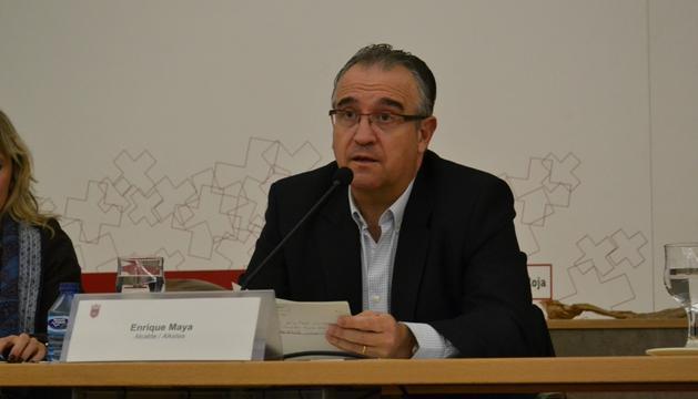 El alcalde de Pamplona, Enrique Maya, durante un momento del encuentro con las asociaciones