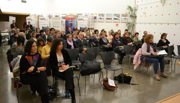 Los asistentes al encuentro con el alcalde de Pamplona en la sede de Cruz Roja este lunes