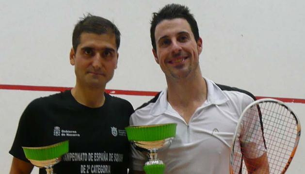 Eduardo de Carlos (izda) y Javier Villanueva (dcha) posan con los trofeos tras jugar la final