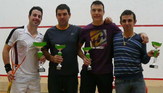 Javier Villanueva, Juan Manuel Beloqui, Karlos Mariezkurrena y Julio Jiménez, en la entrega de trofeos