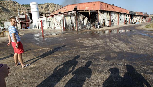 Un joven mira la empresa de Floristán arrasada por el incendio que se produjo el pasado 30 de mayo.