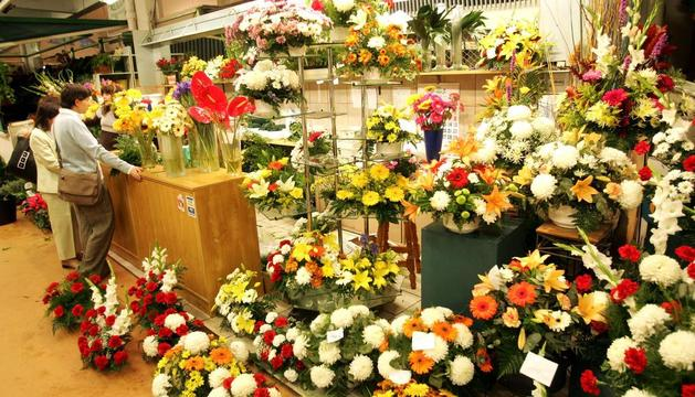 Las floristerías en la comarca atienden pedidos de centros y ramos para recogida o entrega en el cementerio de la capital navarra.
