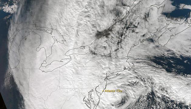 Imagen de satélite ofrecida por la NASA, que muestra el ojo del huracán 'Sandy' sobre la costa Este de EE UU.