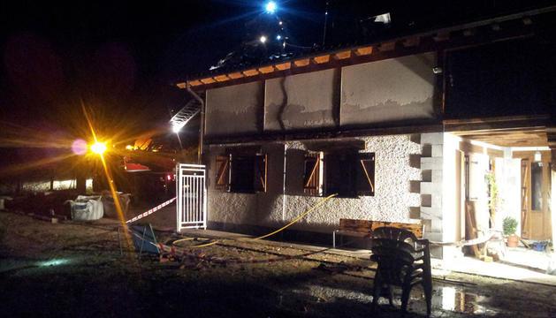 Imagen del exterior de la vivienda incendiada.