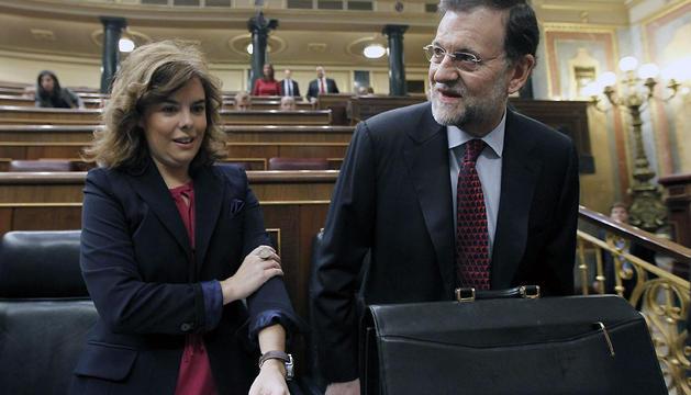 El jefe del Ejecutivo, Mariano Rajoy, y la vicepresidenta, Soraya Sáenz de Santamaría, a su llegada hoy al Congreso para responder en la sesión de control al Gobierno en la Cámara Baja.