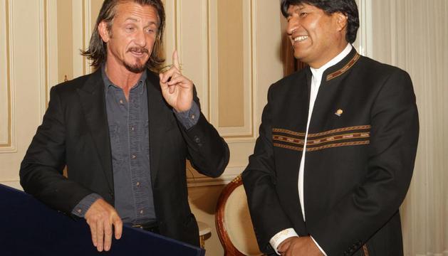 El actor estadounidense Sean Penn (i), junto al presidente boliviano, Evo Morales (d), este martes