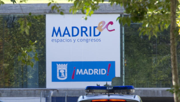 Agentes de la Policía Nacional se dirigen a las instalaciones del recinto Madrid Arena donde tuvo lugar el incidente.