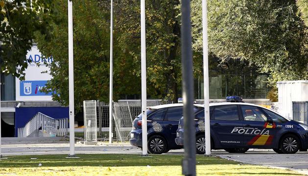 Coches de Policía en las inmediaciones del Madrid Arena, donde las tres jóvenes han muerto
