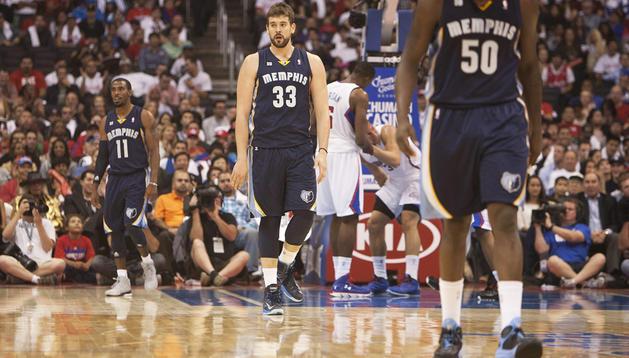 El jugador español de Memphis Grizzlies, Marc Gasol, cabizbajo durante el partido contra Los Angeles Clippers de la NBA en el Staples Center en Los Ángeles (EE.UU.).