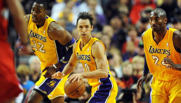 Los jugadores de Lakers Dwight Howard (izda.), Steve Nash (centro) y Kobe Bryant (dcha.) montan una contra en el encuentro contra en el encuentro contra Portland Trailblazers en el Rose Garden de Portland.