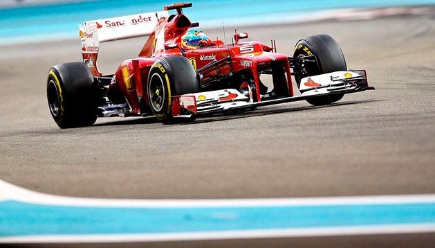 l finlandés Kimi Raikkonen (Lotus) se impuso este domingo en el Gran Premio de Abu Dabi de Fórmula Uno, por delante del español Fernando Alonso (Ferrari), que sólo ha recortado la ventaja del alemán Sebastian Vettel (Red Bull) en tres puntos, ya que este último llegó en tercer lugar, tras haber salido del último puesto.