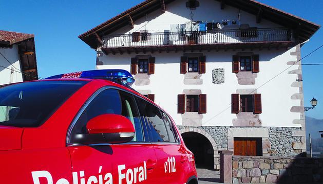 Un coche patrulla de la Policía Foral, aparcado junto a una vivienda de Malerreka.
