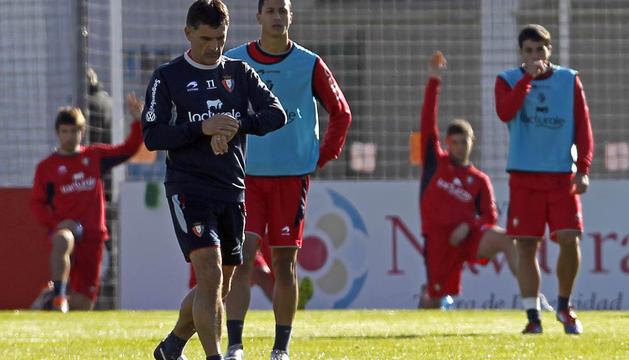 Jose Luis Mendilibar charla con sus jugadores ayer en las instalaciones de Tajonar