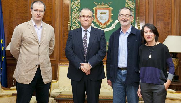 El alcalde, Enrique Maya (2º por la izda.) con los representantes de la Sociedad de Estudios Vascos-Eusko Iskakuntza, Iñaki Dorronsoro, Asier Barandiaran, Arrate Arin.