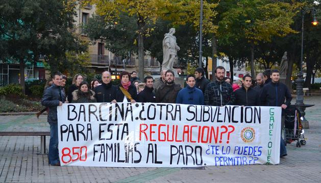 Varios trabajadores de Gamesa se concentraron frente al Parlamento de Navarra durante la comparecencia de Yolanda Barcina sobre el ERE que sufre la empresa