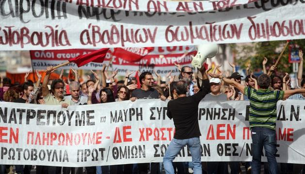 Manifestantes griegos durante las marchas que se produjeron en la primera jornada de huelga protestan contra las medidas de austeridad que pretende aprobar el gobierno heleno
