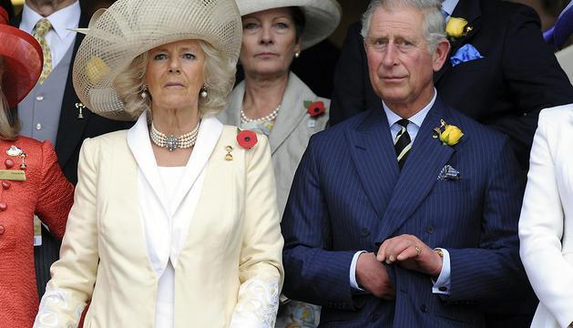 El príncipe Carlos de Inglaterra y su esposa Camilla, duquesa de Cornualles, escuchan el himno nacional antes del inicio de la 152 edición de la Copa Melbourne de hípica.