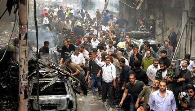 Decenas de civiles buscando víctimas entre los escombros tras un atentado suicida de un coche bomba en Damasco.