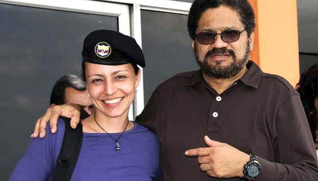 La guerrillera holandesa de las FARC, Tanja Nijmeijer (izda.), acompañada del jefe guerrillero Iván Márquez (dcha.) a su llegada a La Habana (Cuba).