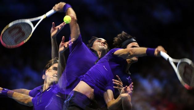 Roger Federer ejecuta un saque durante su partido ante Tipsarevic