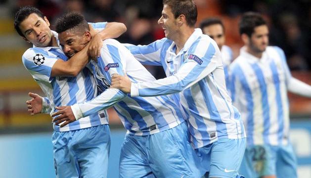 El centrocampista del Malaga Eliseu (c) celebra su gol contra el Milán con sus compañeros de equipo