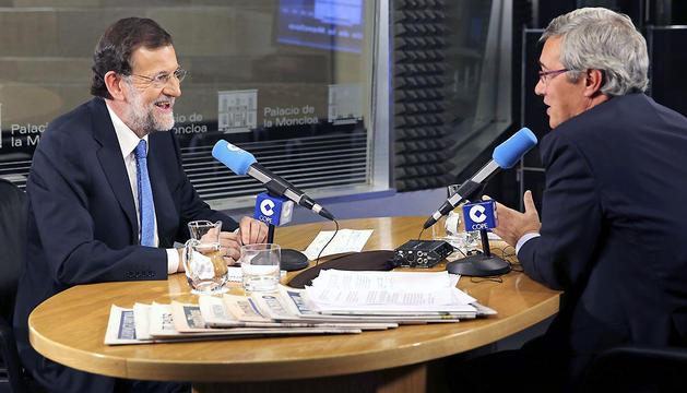 Fotografía facilitada por la Secretaría de Estado de Comunicación del presidente del Gobierno, Mariano Rajoy, durante la entrevista en la cadena de radio COPE.